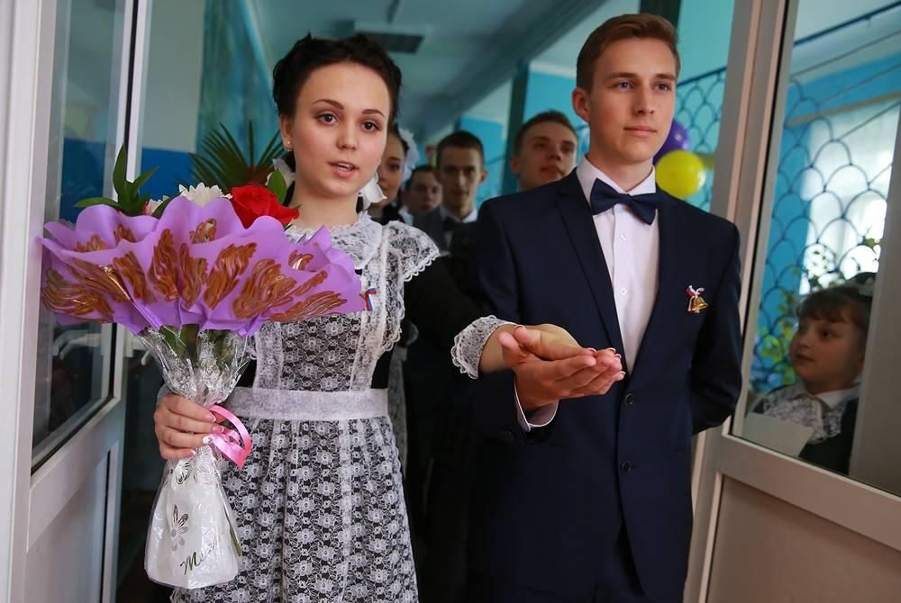 Выпускники школы №7 во время последнего звонка, Иваново