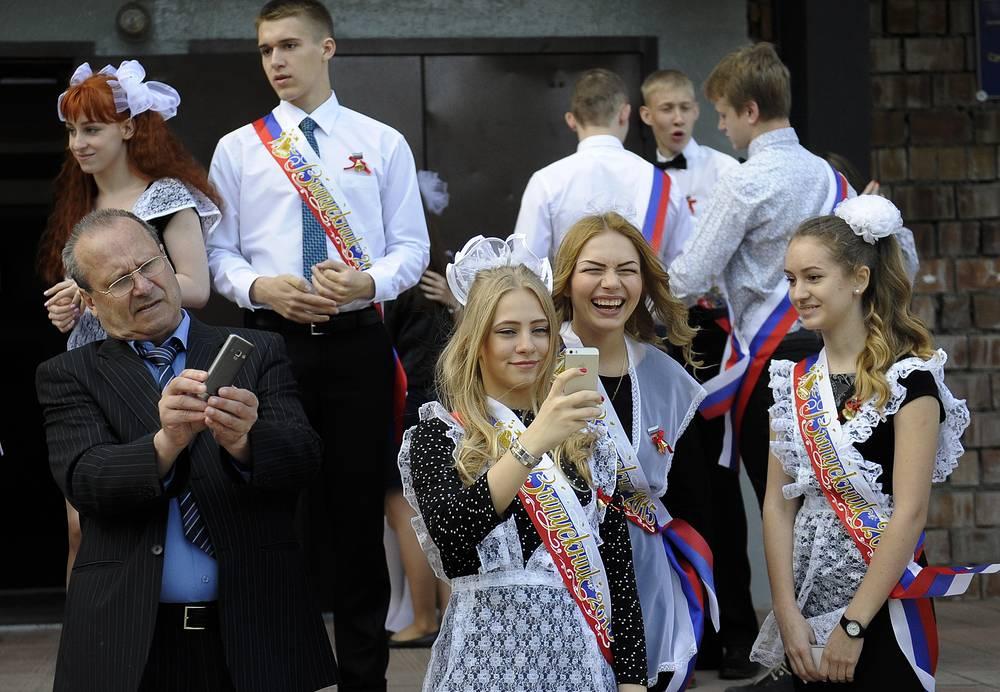 Выпускники школы №27 во время последнего звонка, Новосибирск