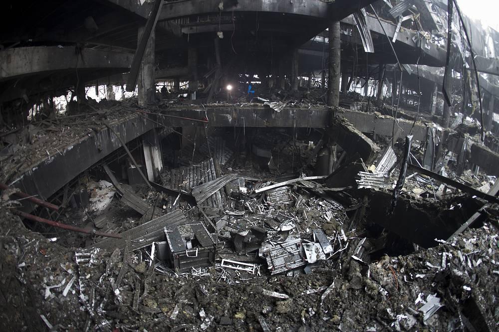 До начала боевых действий в Донбассе пропускная способность аэропорта Донецка составляла 3,1 тыс. пассажиров в час. В аэровокзальный комплекс входили автостанция, трехэтажный паркинг на 605 машин и открытые паркинги на 1000 машин. На фото: последствия боевых действий в терминале аэропорта Донецка