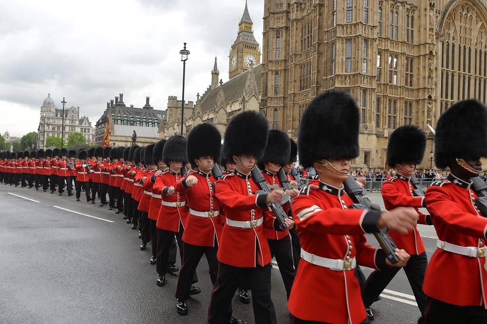 """Во время поездки Елизаветы II оркестры исполняют национальный гимн """"Боже, храни королеву!"""". На фото: королевская гвардия перед церемонией обращения королевы к парламенту, 2014 год"""