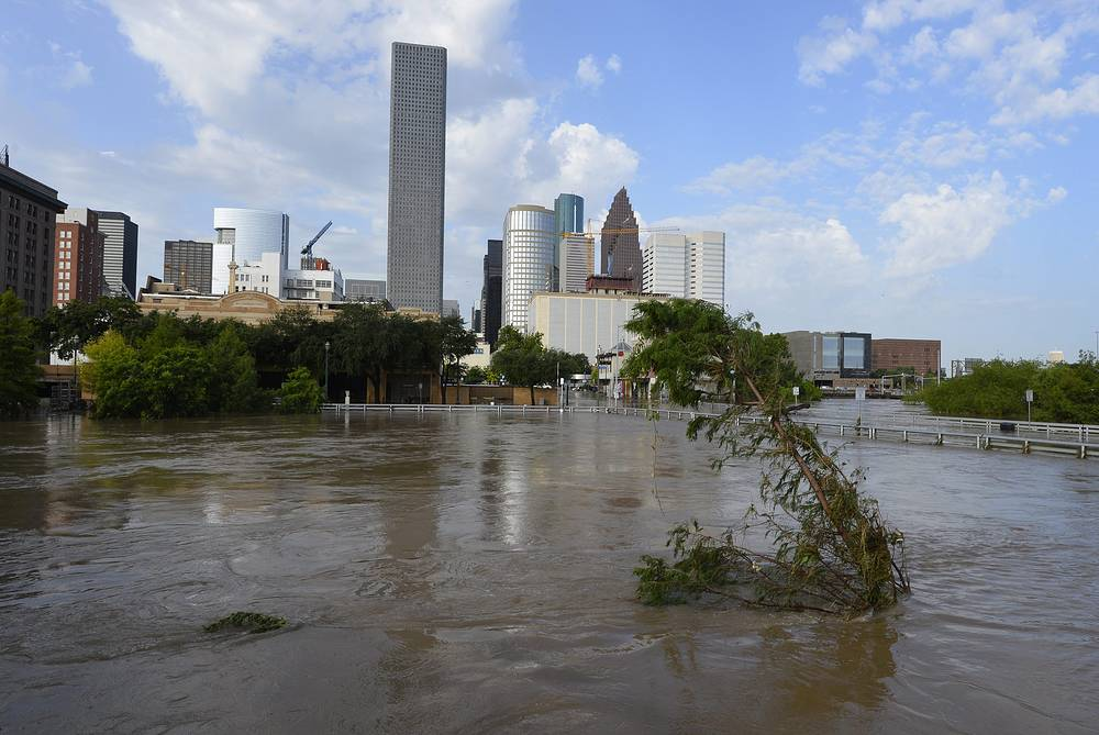 27 мая в результате продолжающихся ливней и наводнения в южных американских штатах под напором воды прорвало плотину на озере Падера к югу от Далласа в штате Техас