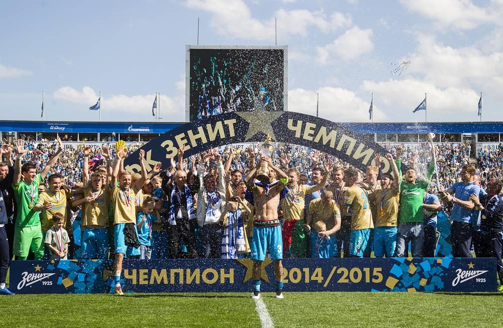 """Футболисты """"Зенита"""" выиграли чемпионат России после двухлетнего перерыва, опередив занявший второе место ЦСКА на семь очков. Благодаря этой победе команда из Санкт-Петербурга получила право разместить над эмблемой звезду, символизирующую пять побед в национальном чемпионате"""