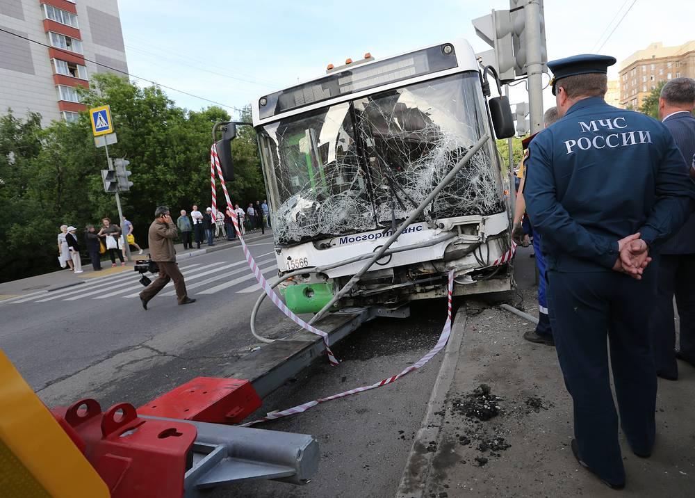 1 июня рейсовый автобус наехал на остановку общественного транспорта у дома 7 на Новощукинской улице в Москве. На месте происшествия погиб один ребенок, еще шесть человек получили травмы различной степени тяжести. 2 июня в больнице скончалась одна из пострадавших, 63-летняя женщина