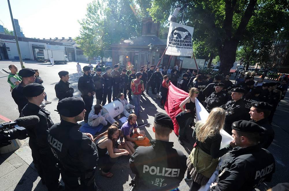 В митинге приняли участие примерно 34 тыс. человек, сообщили в полиции города.  На фото: участники акции протеста в Мюнхене