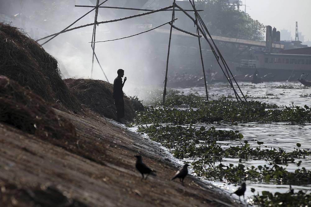 Река Буриганга, протекающая около Дакки, столицы Бангладеш. Ежедневно сюда сливается 1,5 миллиона кубометров промышленных отходов. Буриганга считается одной из самых загрязненных рек планеты: воду из реки нельзя не только пить, но даже использоваться для мытья и технических целей. Несмотря на это, местные жители используют реку для купания и стирки одежды