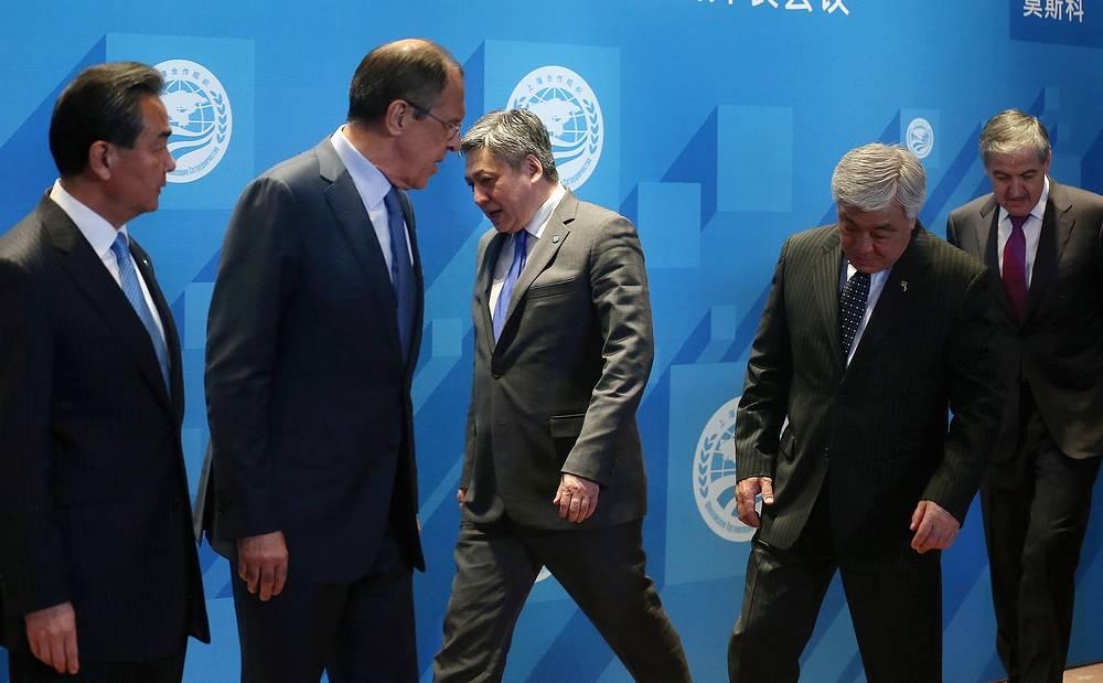 3 июня в Москве прошло заседание Совета глава МИД стран, входящих в Шанхайскую организацию сотрудничества. Участники переговоров рассмотрели пакет документов, которые представят на утверждение предстоящего 8-9 июля саммита ШОС в Уфе. На фото: министры иностранных дел Китая, РФ, Киргизии, Казахстана и Таджикистана