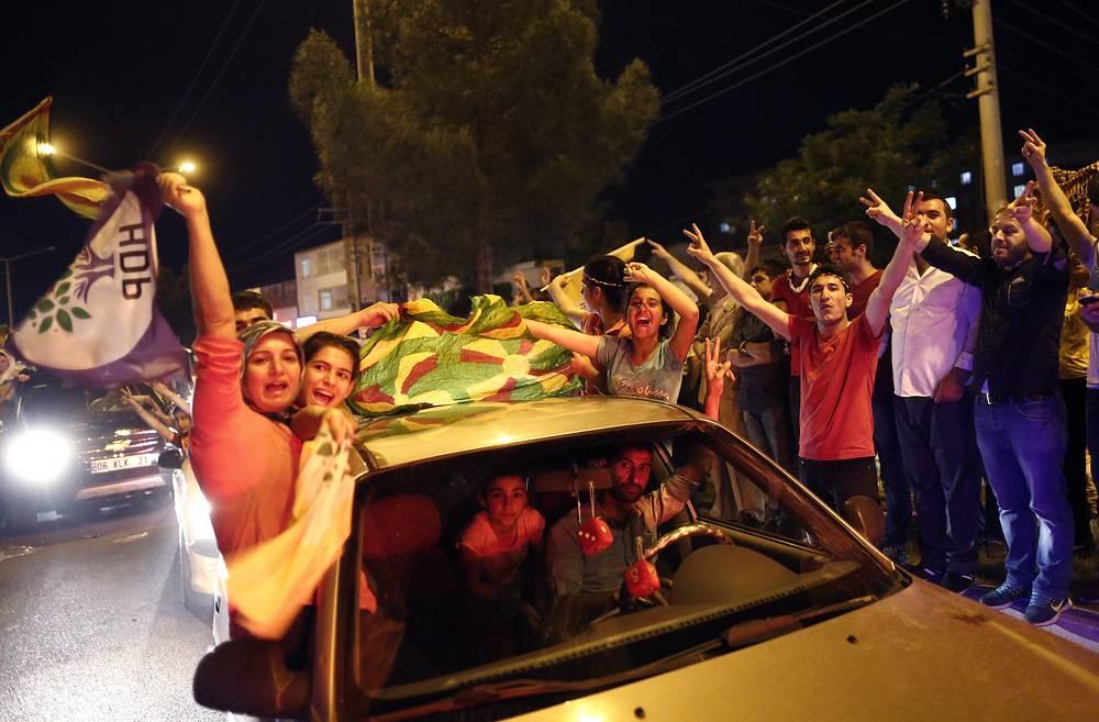 ПДН выступает против изменения формы правления, а также призывает завершить урегулирование курдского вопроса, нормализовать отношения с Арменией и признать геноцид армян. На фото: сторонники партии после оглашения результатов выборов