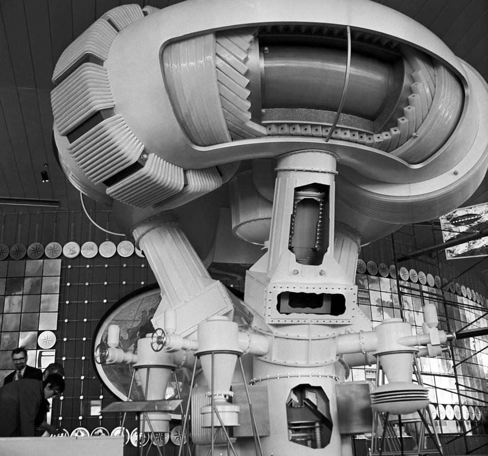 После выставки советский павильон был заново собран и размещен на ВДНХ. На фото: реактор будущего - один из экспонатов павильона СССР