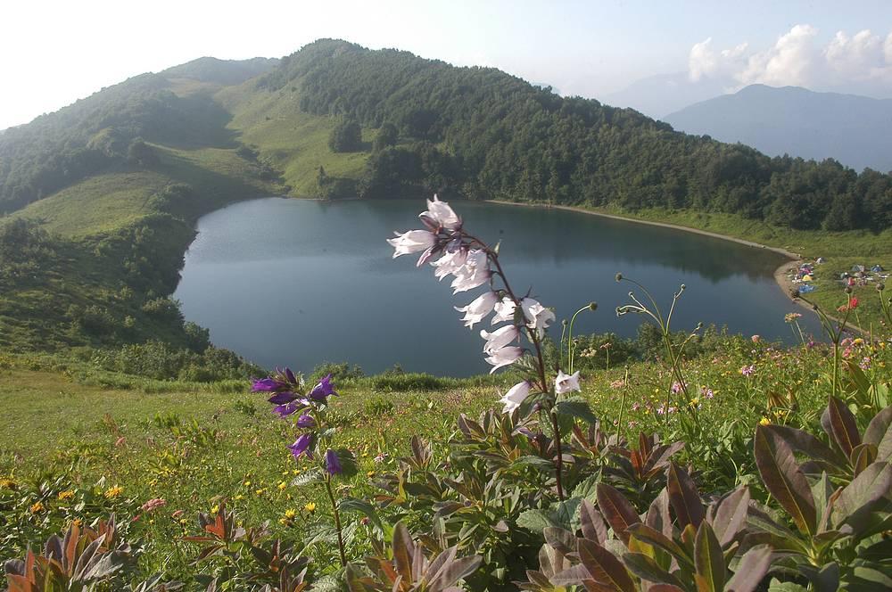 Кавказский государственный биосферный заповедник - самая большая по территории и старейшая особо охраняемая природная территория на Северном Кавказе. Расположена в пределах трех субъектов РФ - Краснодарского края, Республики Адыгея и Карачаево-Черкесской Республики. На фото - вид на озеро Хуко, расположенное в Кавказскиом биосферном заповеднике