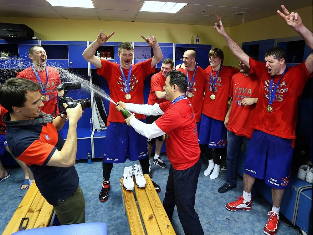 Главный тренер ЦСКА Димитриос Итудис (в центре) и игроки команды в раздвалке после победы в матче финальной серии Единой Лиги ВТБ