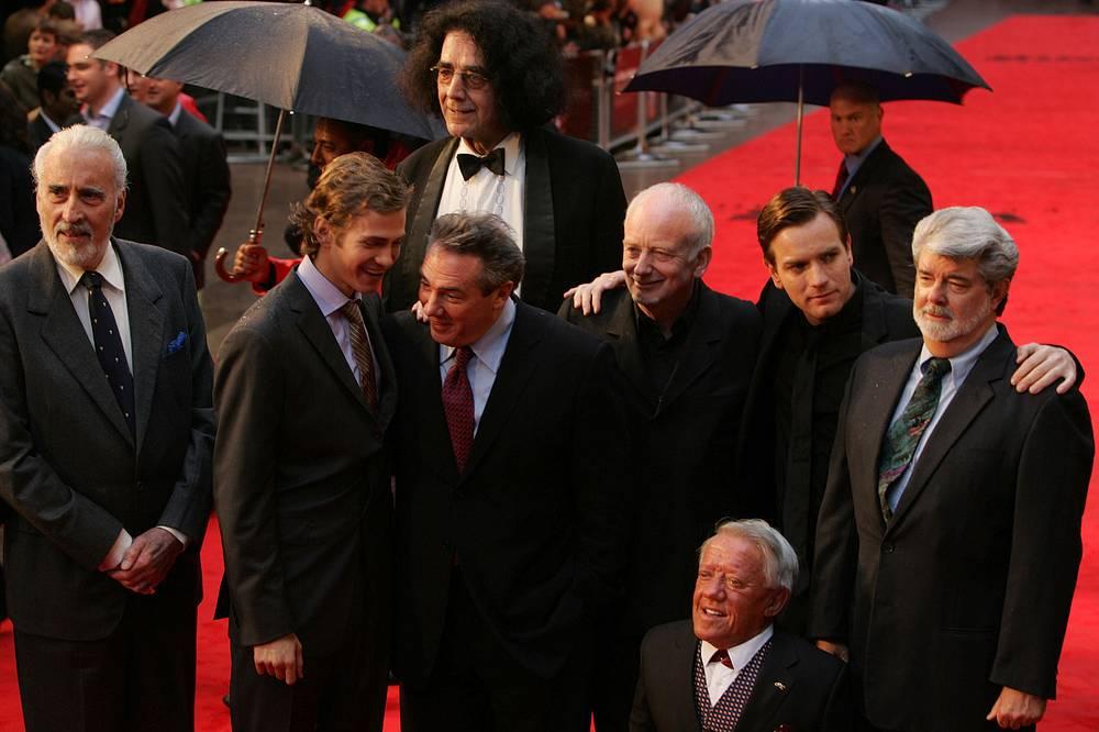 """Кристофер Ли (крайний слева) с членами съемочной группы фильма """"Звездные войны. Эпизод III: Месть ситхов"""" на премьере в Лондоне. 2005 год"""