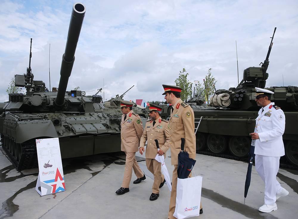 Посетители у танка Т-80У