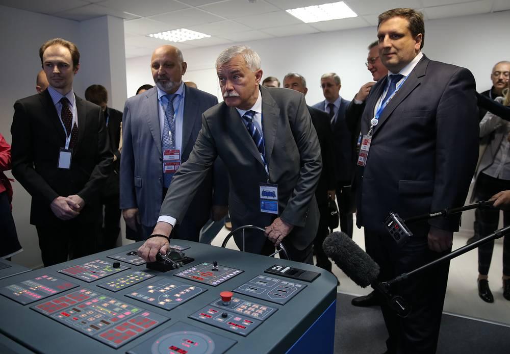 Губернатор Санкт-Петербурга Георгий Полтавченко ( в центре)
