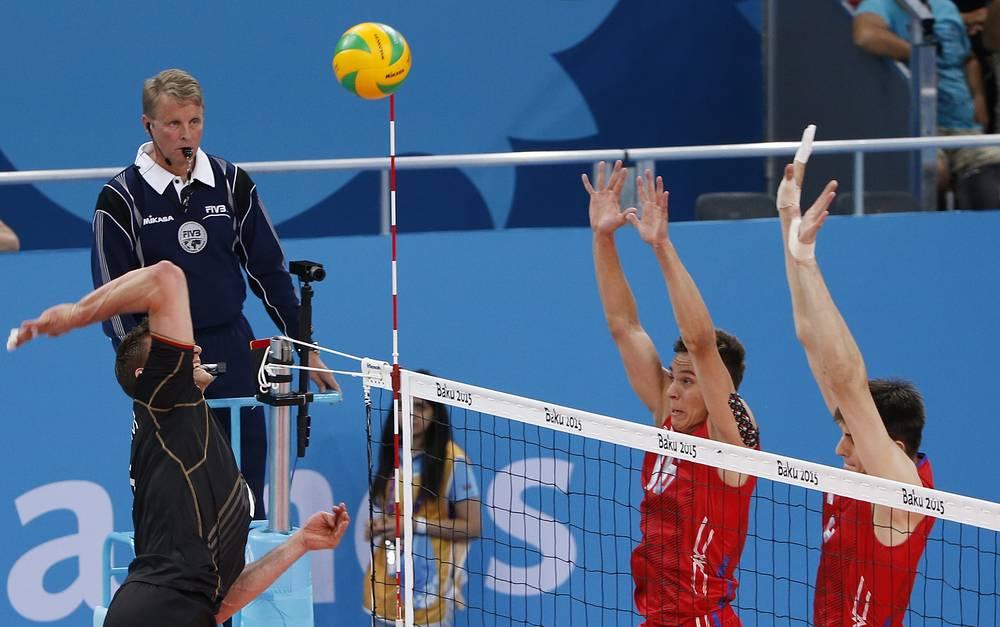 Волейболисты сборной России Илья Власов и Виктор Полетаев (справа налево) в матче группового этапа против команды Германии