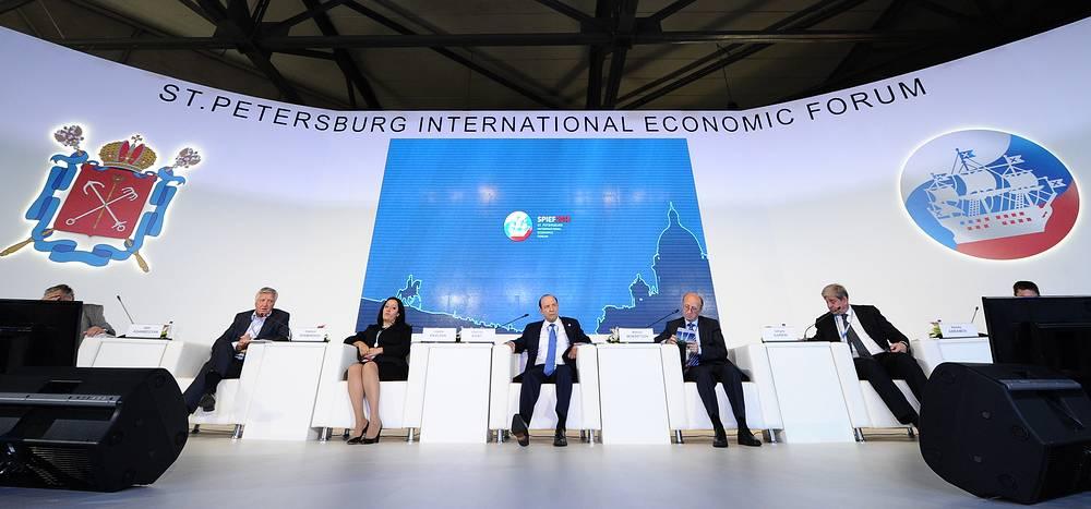 """Во время панельной сессии """"Стратегии регионального развития: ставка на конкурентоспособность"""""""