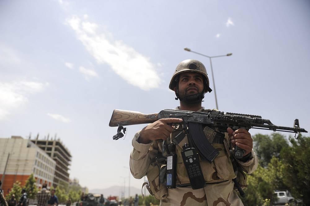 """В конце апреля движение """"Талибан"""" объявило о начале весеннего наступления, главными целями которого стали иностранные и афганские силы безопасности, а также дипломатические и другие государственные учреждения. На фото: силы правопорядка в ходе спецоперации в Кабуле"""