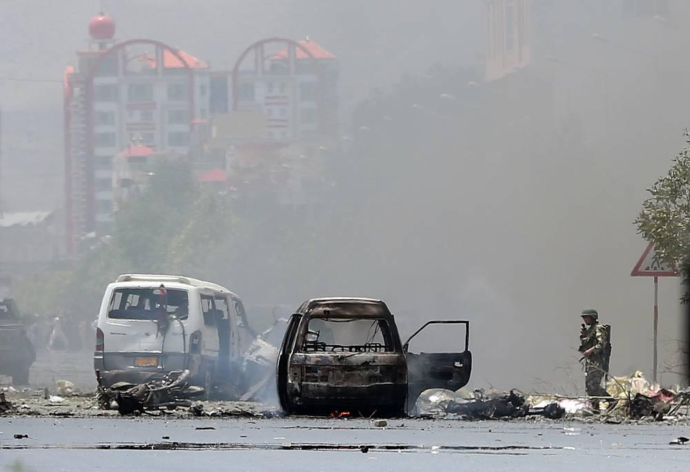 В минувшую субботу, по данным афганского информационного агентства Tolo News, боевики захватили там другой район - Чахар Дара, убив 12 и ранив 16 военнослужащих правительственной армии. На фото: спецоперация в Кабуле