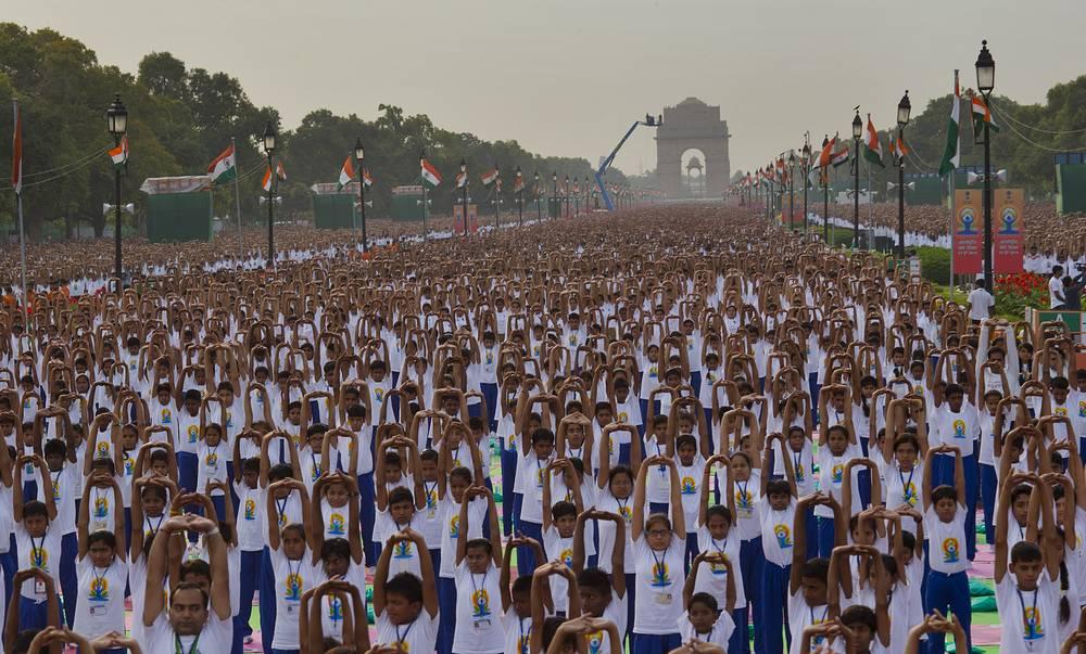 Массовые занятия йогой в Международный день йоги в Нью-Дели, Индия