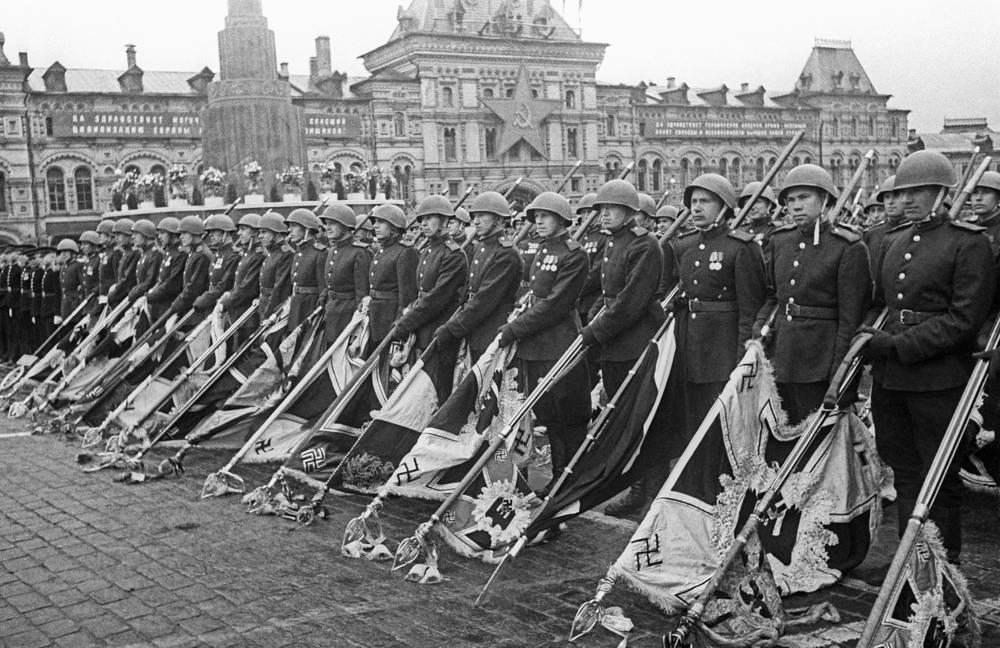 Советские воины с захваченными у немецких войск знаменами