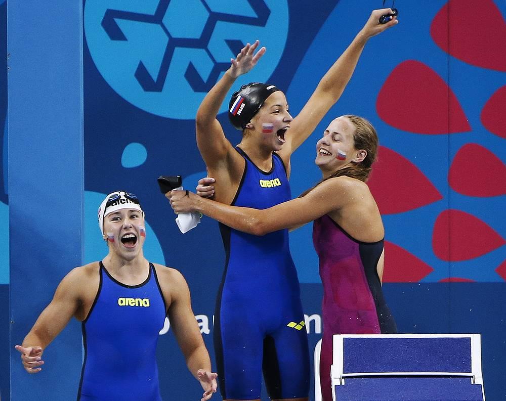 Российские пловчихи Арина Опенышева, Василиса Буйная, Олеся Чернятина, завоевавшие золотые медали, в эстафете 4х100 м вольным стилем