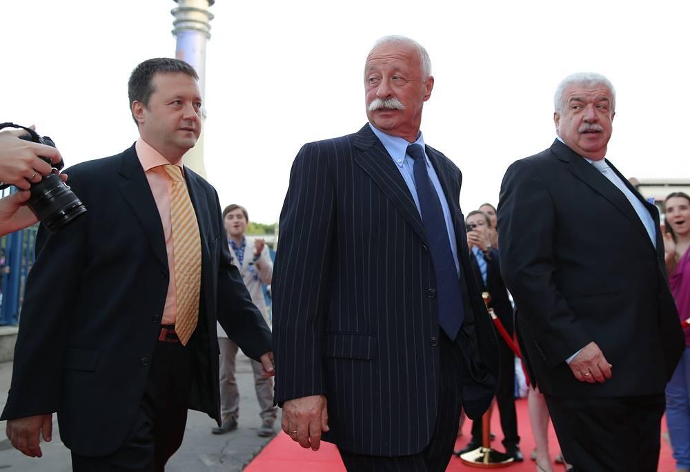 Телеведущий Леонид Якубович (в центре) и заместитель генерального директора ТАСС Михаил Гусман (справа)