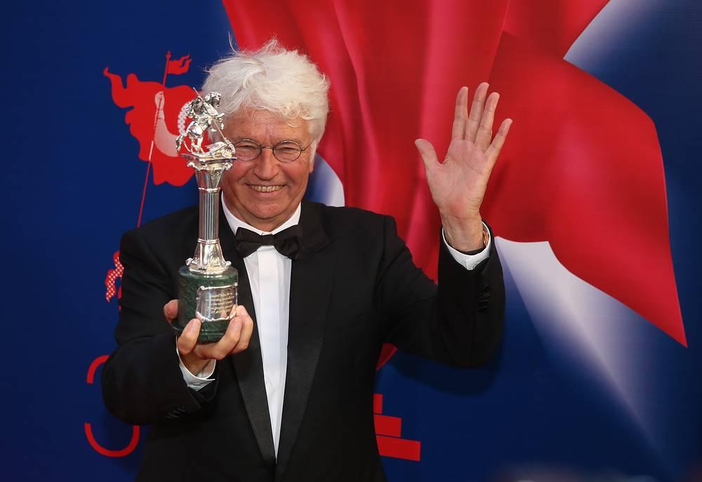 Председатель жюри, французский режиссер Жан-Жак Анно, получивший приз за вклад в мировой кинематограф, на церемонии закрытия 37-го Московского международного кинофестиваля