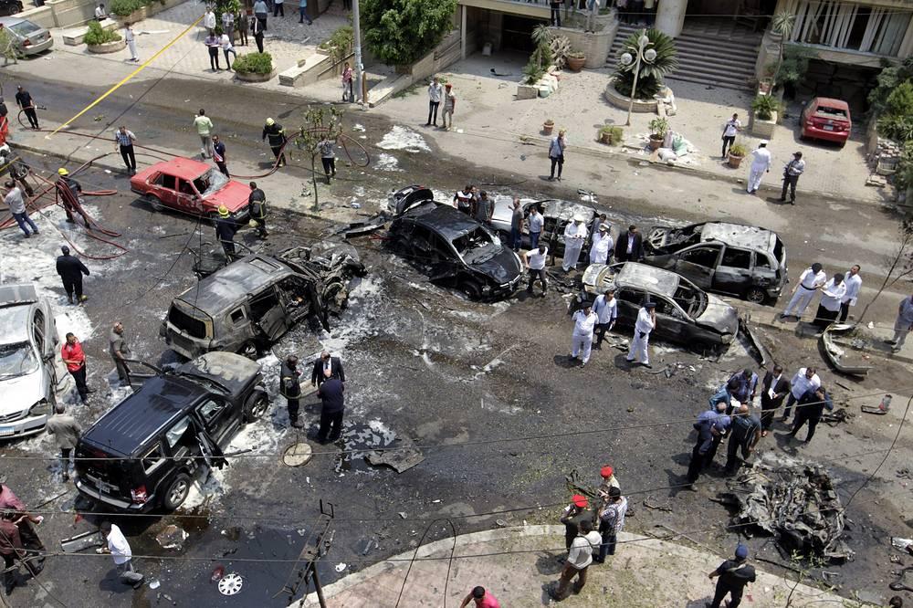 Полностью сгорели четыре оказавшихся вблизи места теракта автомобиля, еще около 30 задеты осколкам