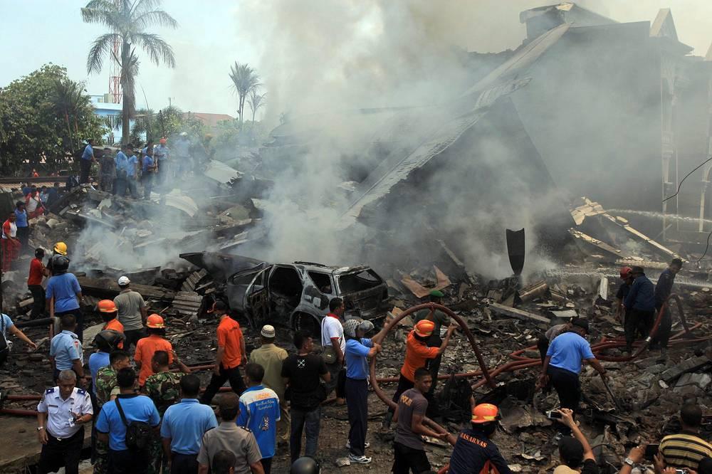 Парламент Индонезии уже обратился к президенту Джоко Видодо с требованием списать устаревшие самолеты ВВС после трагедии в Медане