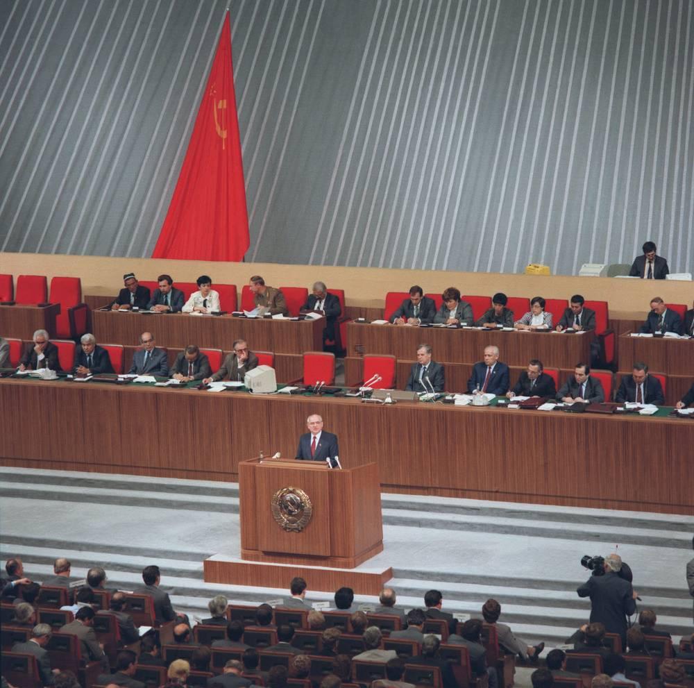 Еще до начала съезда генсек КПСС Михаил Горбачев понимал, что предстоит схватка между сторонниками и противниками перестройки