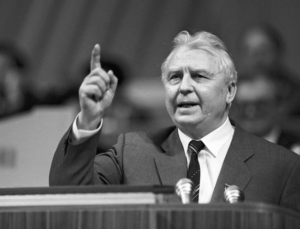 Одним из представителей крыла консерваторов на съезде был секретарь ЦК КПСС Егор Лигачев (на фото)