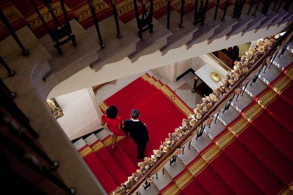 Президентская чета спускается по парадной лестнице, 2010 год