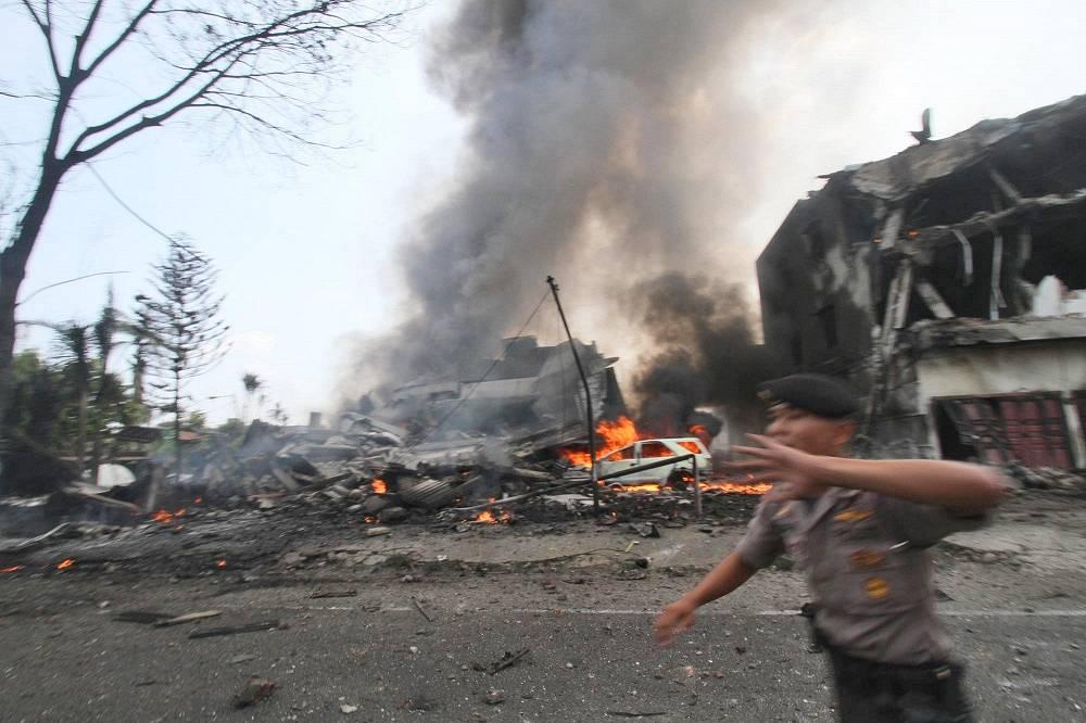 """30 июня военно-транспортный самолет """"Геркулес"""" С-130 ВВС Индонезии рухнул на жилые районы индонезийского города Медан. В результате погибли по меньшей мере находившиеся на его борту 122 человек"""