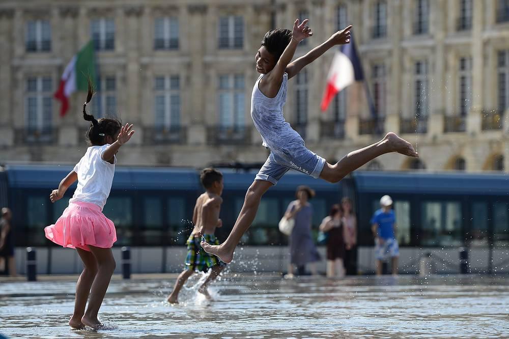 "На площади-фонтане ""Водное Зеркало"" в Бордо, Франция"