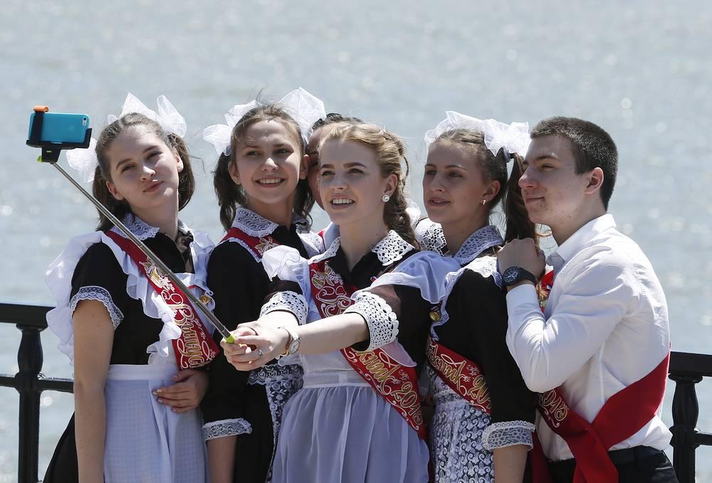 Выпускники во время праздничных гуляний в честь окончания учебного года, Ростов-на-Дону