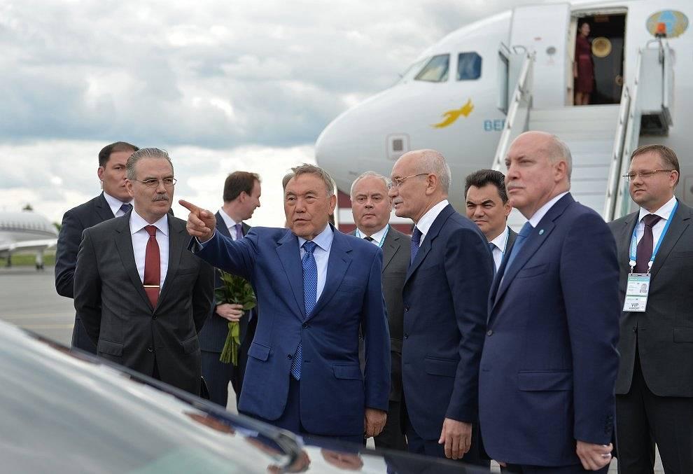 Президент Казахстана Нурсултан Назарбаев (в центре)