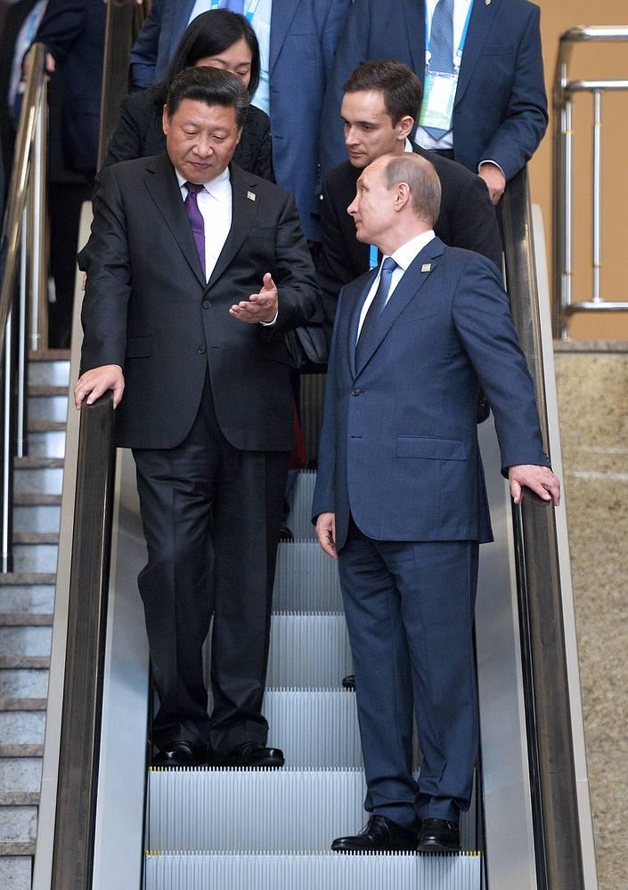"В ходе саммита президент РФ провел более 10 двусторонних встреч. ""Марафон"" начался с беседы с председателем КНР Си Цзиньпинем (слева)"
