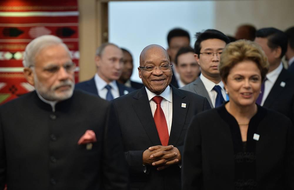 """Саммит """"знаменует трансформацию клуба БРИКС в зарождающееся объединение держав со своими приоритетами, которые отличаются от приоритетов Вашингтона или Брюсселя"""", написал американский журнал National Interest. На фото: премьер-министр Индии Нарендра Моди, президент ЮАР Джейкоб Зума и президент Бразилии Дилма Руссеф"""