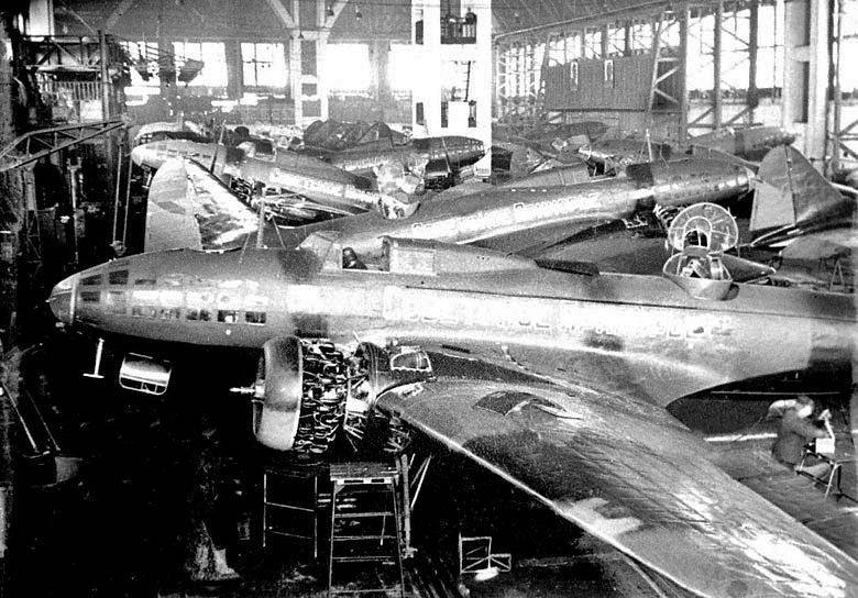 В 1938 году на базе общетехнического факультета были открыты сразу три оборонных факультета: танковый, артиллерийский и боеприпасов. Подготовки инженеров по этим специальностям явилась естественной реакцией на обстановку в мире, производство вооружения стало первоочередной задачей. На фото: цех сборки самолетов