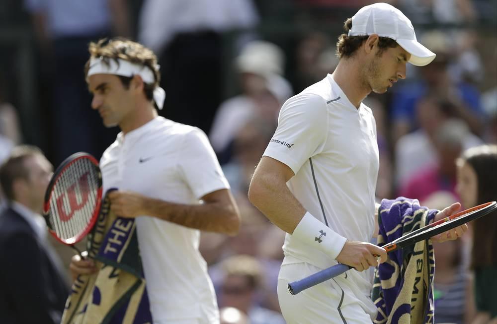 Швейцарец Роджер Федерер и британец Энди Маррей во время полуфинального матча