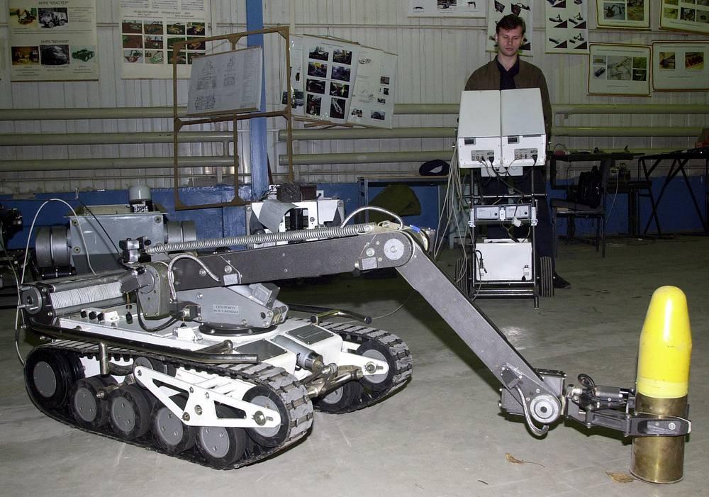 Специалисты КБ МГТУ имени Баумана представили модернизированный робототехнический комплекс МКР-27, предназначенный для обезвреживания взрывных устройств, 2004 год