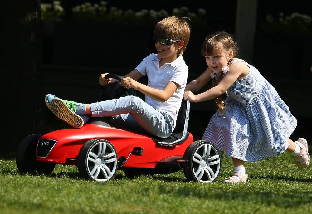 Дети во время отдыха в парке искусств Музеон