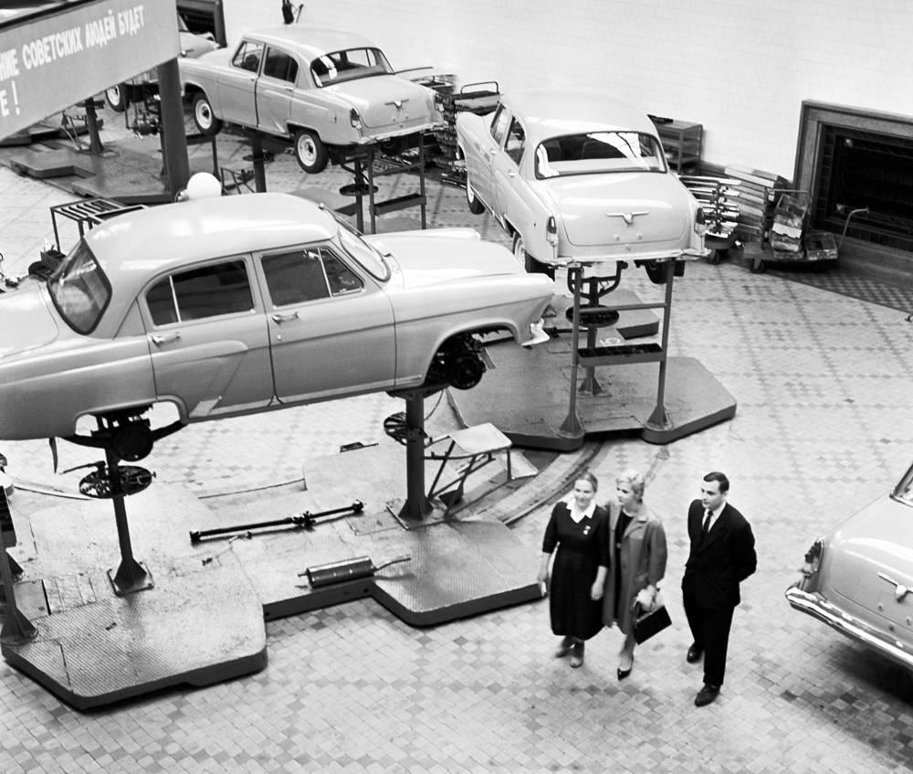 Актриса Лионелла Скирда (в центре) во время посещения Горьковского автозавода, 1964 год