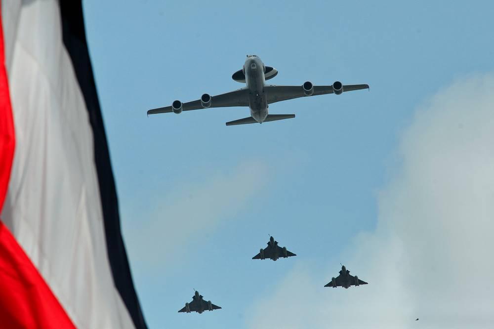 Военные самолеты над Елисейскими полями