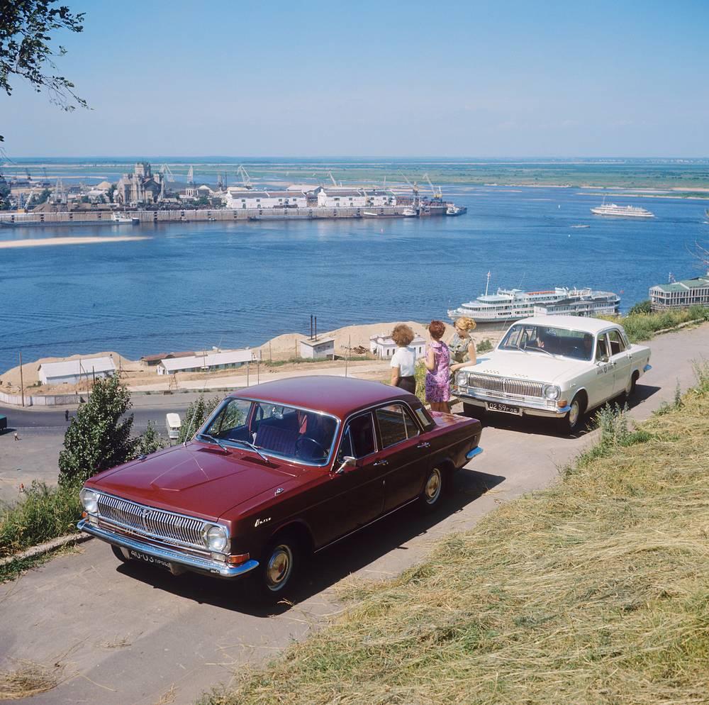 Автомобиль ГАЗ-24 на набережной Волги, Горький, 1970 год