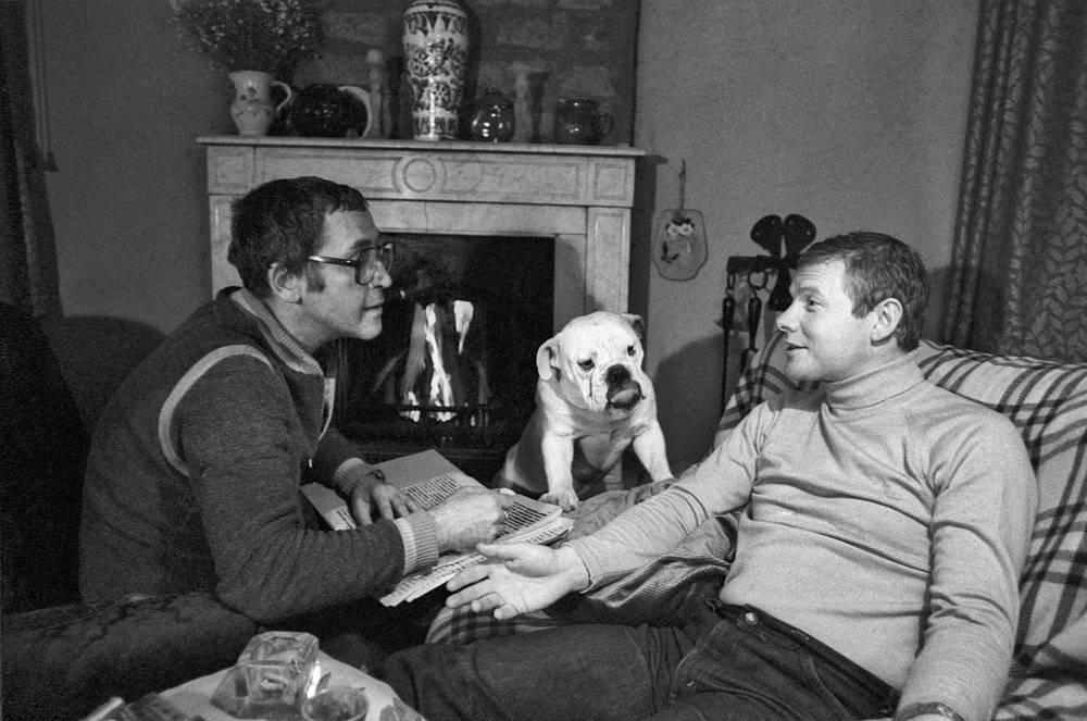 Заслуженные артисты РСФСР Василий Ливанов и Виталий Соломин в домашней обстановке, 1982 год