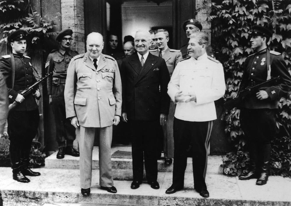 Премьер-министр Великобритании Уинстон Черчилль, президент США Гарри Трумэн и председатель Совета народных комиссаров СССР Иосиф Сталин перед дворцом Цецилиенхоф в Потсдаме, 23 июля 1945 года