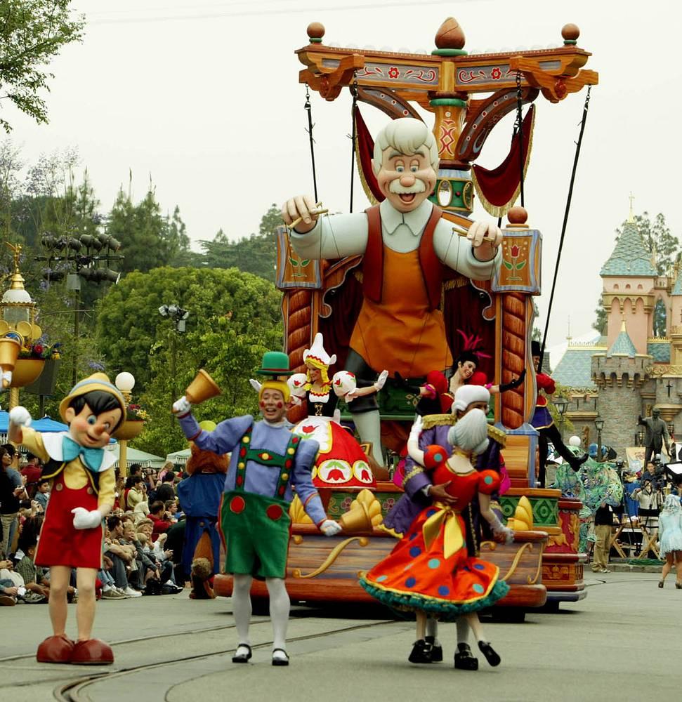 """В ходе празднования 50-летия """"Диснейленда"""" был организован Walt Disney's Parade of Dreams, в котором принимали участие герои из классических диснеевских мультфильмов """"Король Лев"""", """"Русалочка"""" и """"Пиноккио"""""""