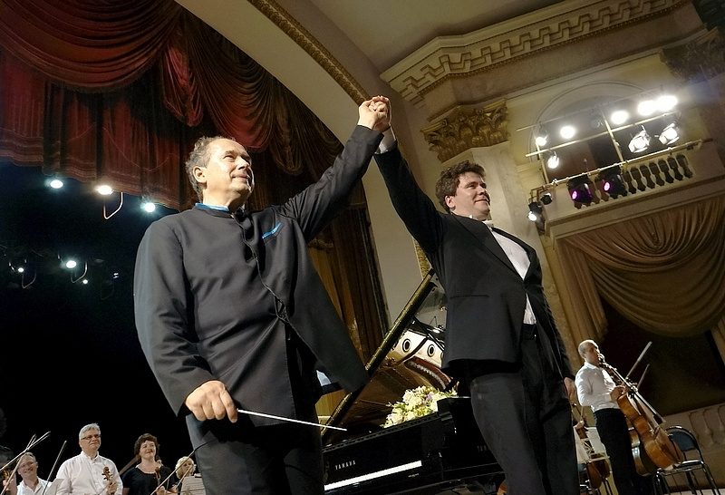 Главный дирижер УАФО Дмитрий Лисс и пианист, автор и идеолог фестиваля Денис Мацуев
