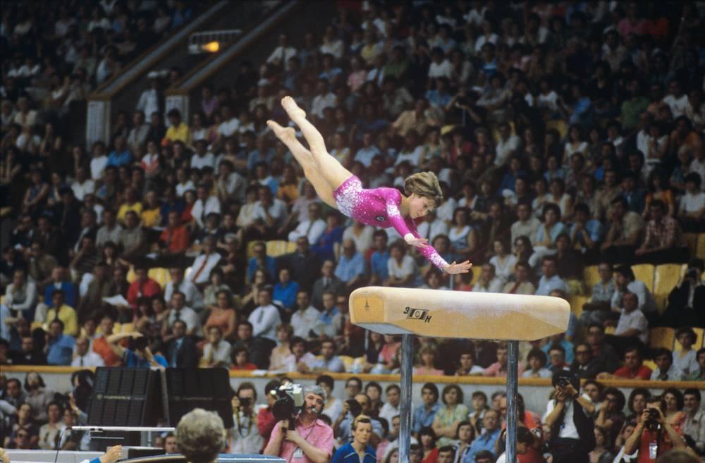 Абсолютная чемпионка Олимпиады гимнастка Елена Давыдова