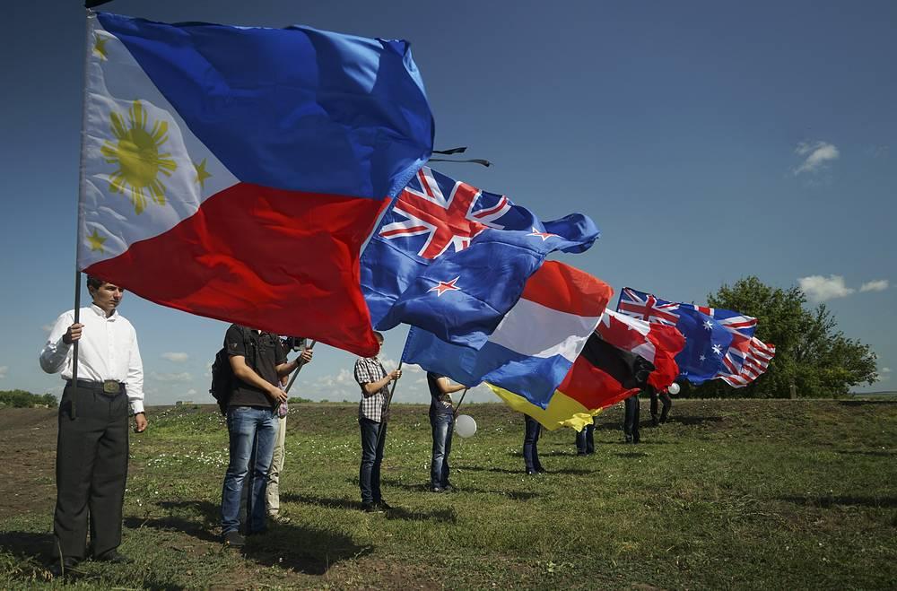 Национальные флаги стран пассажиров, погибших при крушении малайзийского Boeing 777